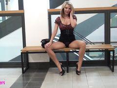 Немецкая блондинка качественно отсосала в туалете торгового центра