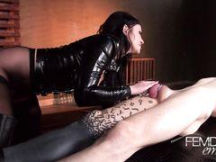 Госпожа в колготках сидит пиздой на лице раба с фиксатором на члене
