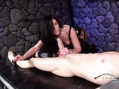 Грозная госпожа в колготках использует для секса хуй связанного раба
