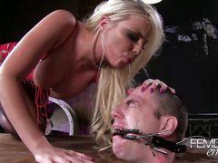 Сисястая доминирующая девушка унижает парня закрытого в коробке