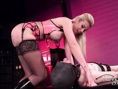 Возбужденная сисястая госпожа в чулках садится пиздой на лицо раба