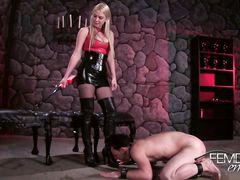 Командующая девушка издевается над парнем заставляя лизать высокие сапоги