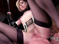 Неформальная госпожа в корсете наслаждается фейсситтингом с рабом
