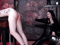 Неумолимая госпожа в латексе устроила жесткую порку голому рабу