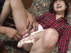 Маленькая японка звонко стонет во время анальной и вагинальной мастурбации