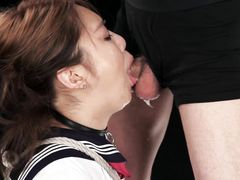 Связанной японке обильно заливают красивое личико брызгами белой спермы