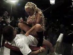 Величайший масштабный групповой ганг банг с грудастой блондой
