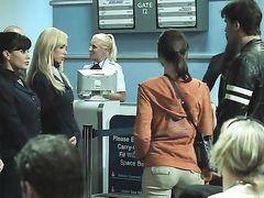 Капитаны воздушного судна и стюардесса занимаются сексом в порно фильме для взрослых
