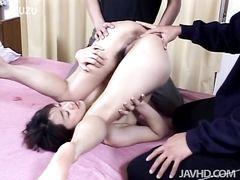 Японские ребята трахают в жопу кричащую узкоглазую девчонку