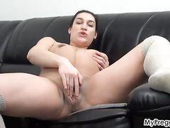 Крупная беременная девушка мастурбирует на кожаном диване свою щелку