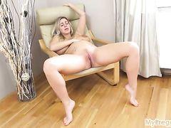 Большегрудая беременная девушка мастурбирует киску длинными пальцами