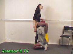 Гибкая русская девушка в колготках трахается на полу с парнем в маске