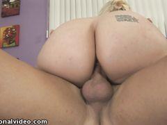 Толстая блондинка с натуральными дойками кайфует от траха с хахалем