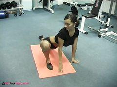 Очень гибкая и красивая девушка спаривается с тренером по гимнастике