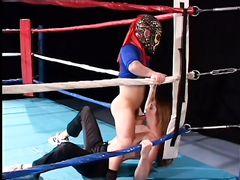 Маленькие боевые лилипуты трахают на ринге девушку рефери