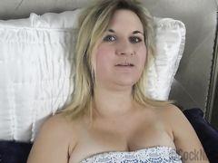 Добрая молодая мама сосет член у сына когда тот не может уснуть