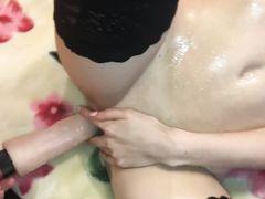 Бойкий русский парень дрочит девушке в чулках ее мокрую пилотку