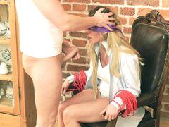 Неконтролируемый парень грубо трахнул привязанную девушку в рот