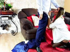 Брутальный парень заставляет девушку глубоко сосать его член