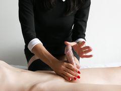 Волшебная русская девушка в одежде делает голому парню массаж лингама