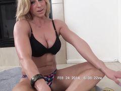 Мускулистая блондинка с большими сиськами устроила эротическое соло