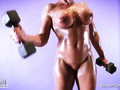 Сексуальная тренировка от голой сисястой культуристки в масле