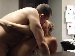 Русская парочка занялась домашним сексом на столе
