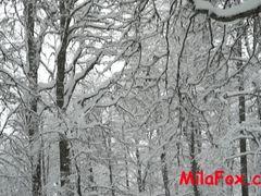 Экстремальная русская телка занялась оральным сексом на снегу
