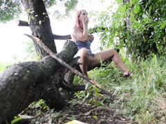 Желанная украинка мастурбирует в лесу на скрытую камеру