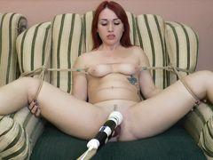 Привязанная к креслу хохлушка кончает от мастурбации вибратором
