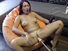 Разгоряченную украинскую девушку трахает секс машина и вибратор