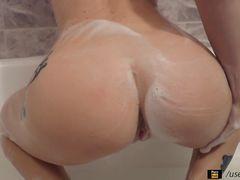 Украинская девушка мастурбирует в ванной используя резиновый член