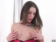 Восторженная русская девушка мастурбирует писечку пальчиками