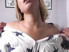Пьянящая русская блондинка занялась домашней мастурбацией вибратором