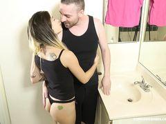 Зрелый муж изменяет жене с молоденькой телкой в ванной
