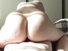 Пышечка с большой задницей занимается домашним сексом с парнем