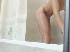 Девушка с красивой попкой занялась домашней мастурбацией в душе