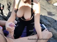 Милая европейская девушка дрочит на пляже член своего парня