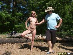 Тренер на природе раздевает свою ученицу и смотрит на тело