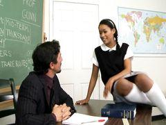 Темнокожая ученица соблазнила учителя и перепихнулась с ним