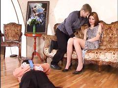 Русский любовник качественно выебал жену соседа куколда вместе с ним