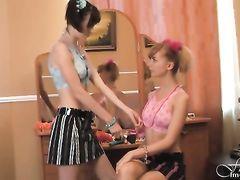 18-летние русские худышки позируют голышом перед зеркалом