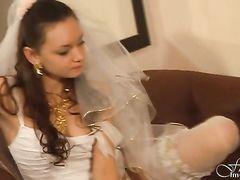 Юная русская модель в свадебном платье и чулках участвует в фотосессии
