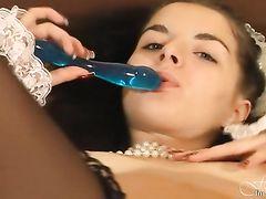 Игривая русская служанка в чулках и красивом белье дрочит пизду