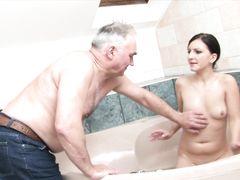 Запретный половой акт отца и красивой мокрой доченьки в ванной