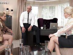 Две секретарши трахаются на работе с требовательным начальником