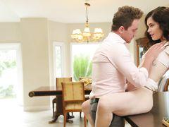 Влюбленная пара занимает классическим сексом на диване