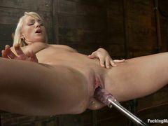Необычная секс машина трахает красивую блондинку во влажное влагалище