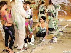 Толпа извращенных девушек в краске устроили групповуху с парнем