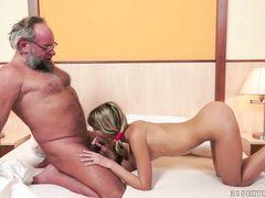 Бородатый старик трахнул молодую русскую худышку в спальне